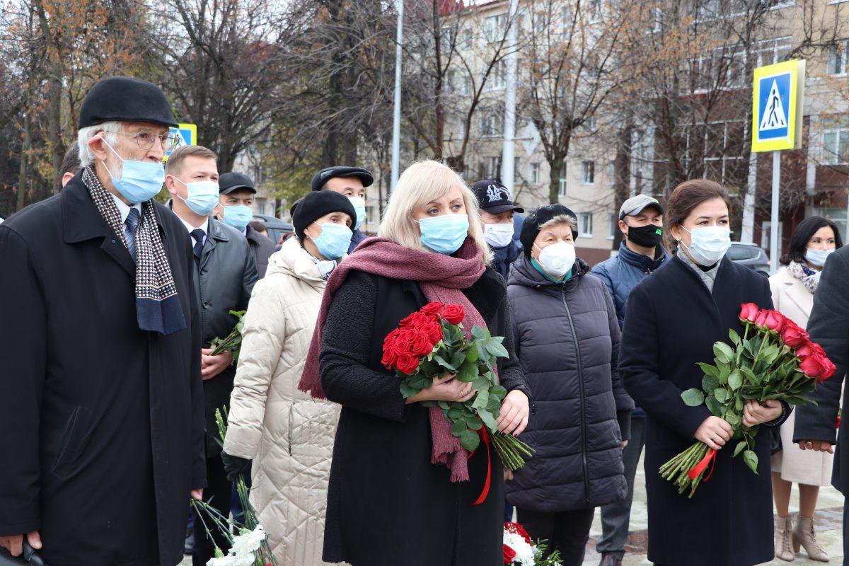 В сквере перед Домом профсоюзов в Уфе прошла церемония возложения цветов
